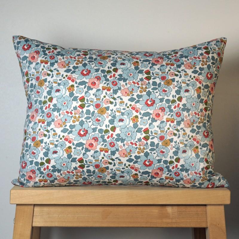 coussin en liberty betsy motif fleurs. Black Bedroom Furniture Sets. Home Design Ideas