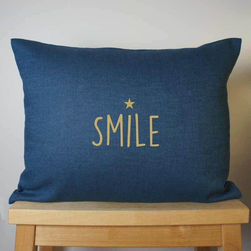 coussin lin bleu inscription SMILE