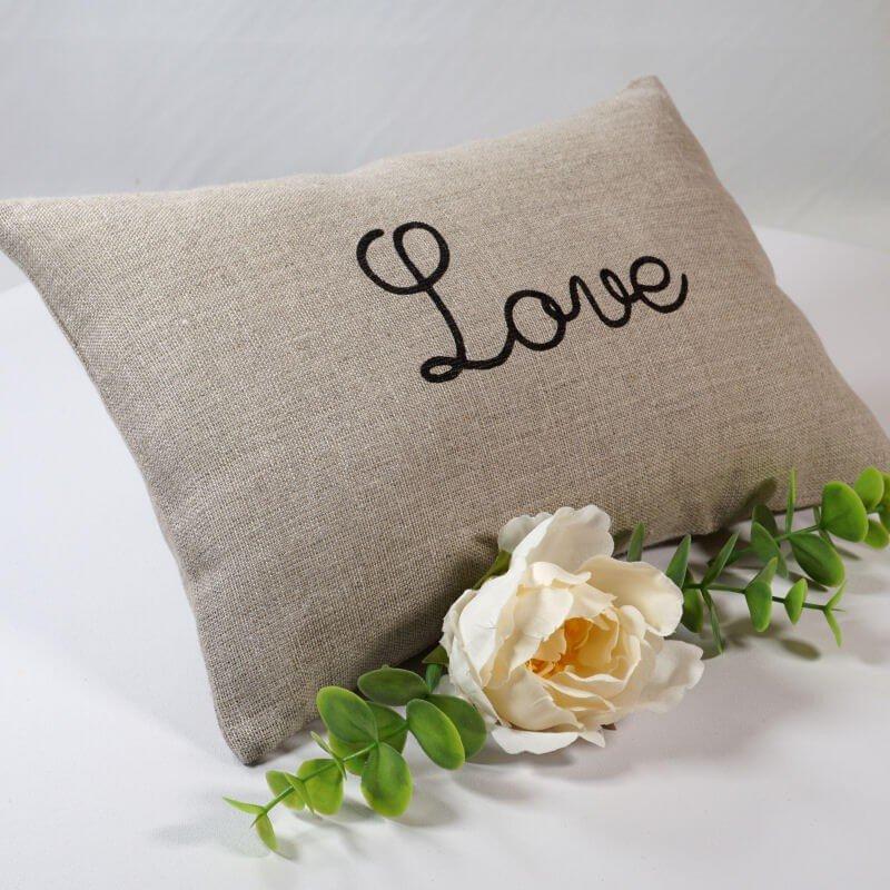 petit coussin love en lin naturel 20x30 cm