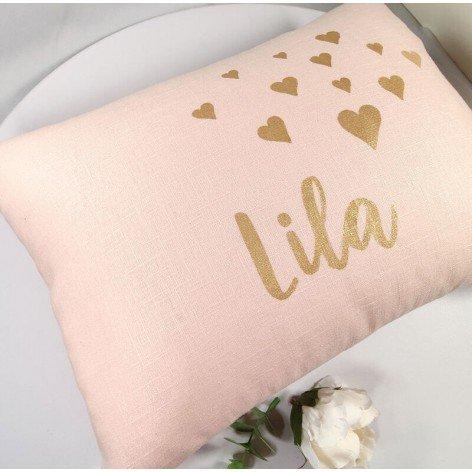 Coussin personnalisé coeurs en lin rose et prénom doré
